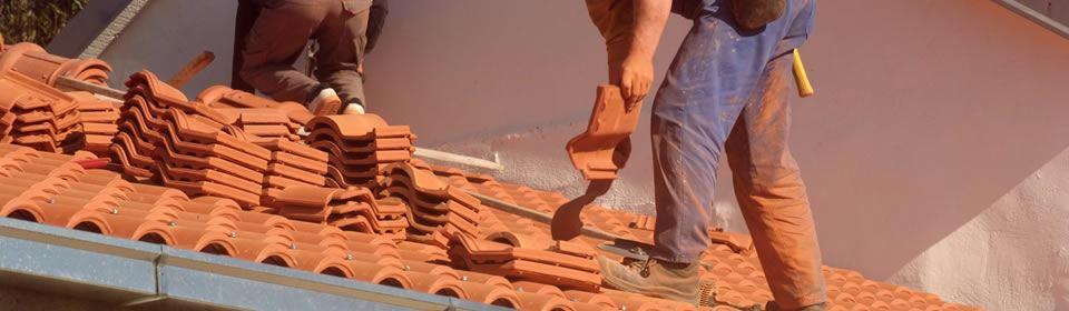 Dakdekker repareert stormschade